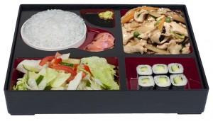 B4. Salát, Kuře s bambusem a houbami, rýže, 6 ks maki - 139 Kč