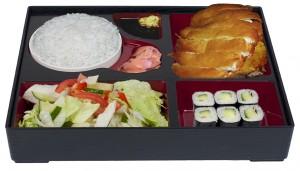 B5. Salát, voňavé a křehké kuře, rýže, 6 ks maki - 149 Kč