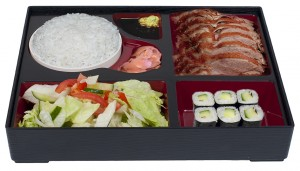 B6. Salát, voňavá a křehká kachna, rýže, 6 ks maki - 159 Kč