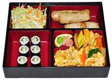 B7. Salát, mini závitky, kuře po Sečuánsku, 6 ks maki - 149 Kč