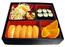 B8. Salát, 5 ks losos nigiri, 6 ks maki, ovoce - 239 Kč